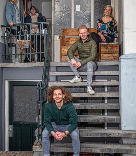 Ook in dit studentenhuis in Zwolle is het menens: met z'n dertienen is het lastig afstand houden
