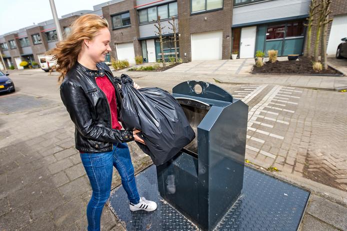 Het begon veelbelovend, het systeem van gescheiden afvalinzameling met ondermeer ondergrondse containers voor restafval (foto). Maar na een paar jaar blijkt de afvalscheiding te stagneren en raakt Alphen achterop.