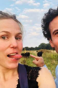 Hadewych Minis 'likt' koe en Jan Kooijman poseert op cactus