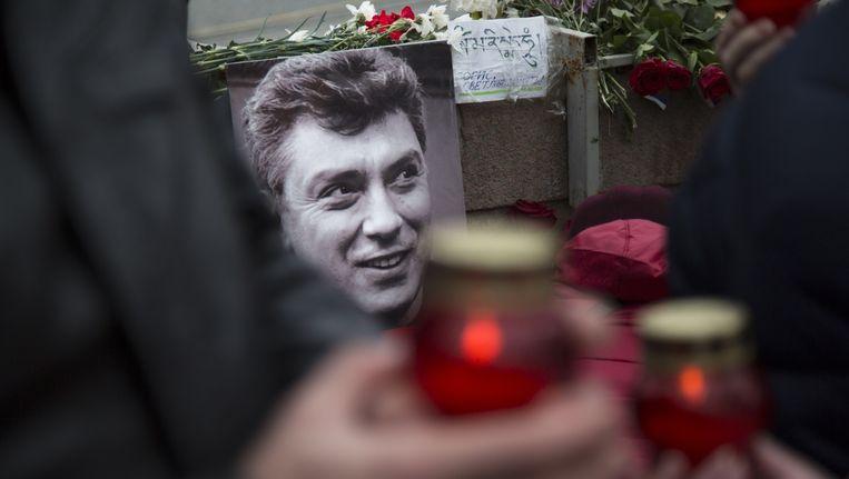 Russen leggen kaarsen en bloemen op de plek waar Nemtsov is doodgeschoten. Beeld ap