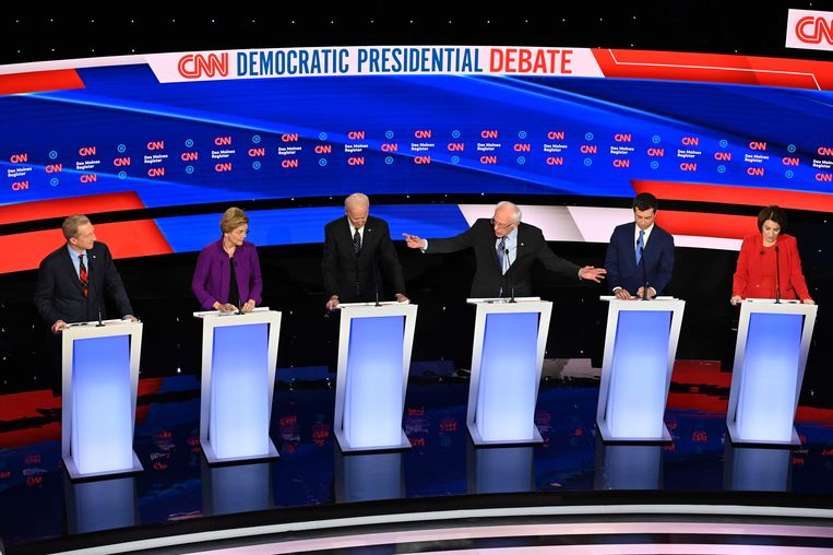 V.l.n.r.: democratische presidentskandidaten Tom Steyer, Elizabeth Warren, Joe Biden, Bernie Sanders, Pete Buttigieg en Amy Klobuchar in debat, Iowa, 4 januari 2020. Beeld AFP