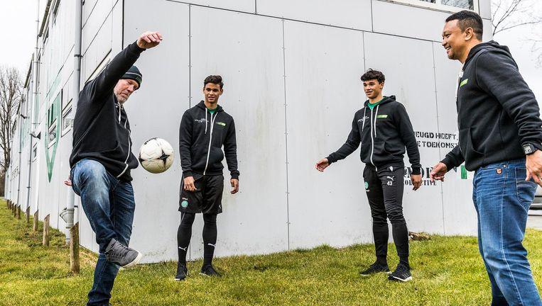 Henk de Haan (l) houdt de bal hoog met Fandi Ahmad (r) en zijn twee zoons. Beeld Foto Jiri Büller / de Volkskrant