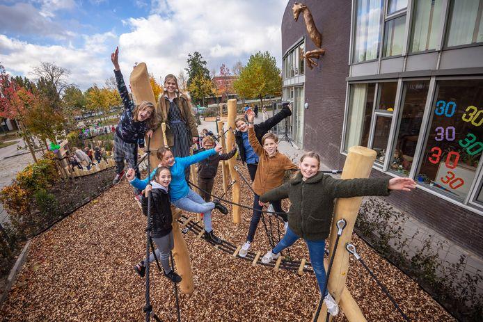 De afgelopen weekenden is er hard gewerkt om het schoolplein van de Montessori+ school in Prinsenbeek te vernieuwen en vergroenen. De leerlingenraad van de school, hier samen op het nieuwe klimtoestel, had daarin ook een belangrijke stem.