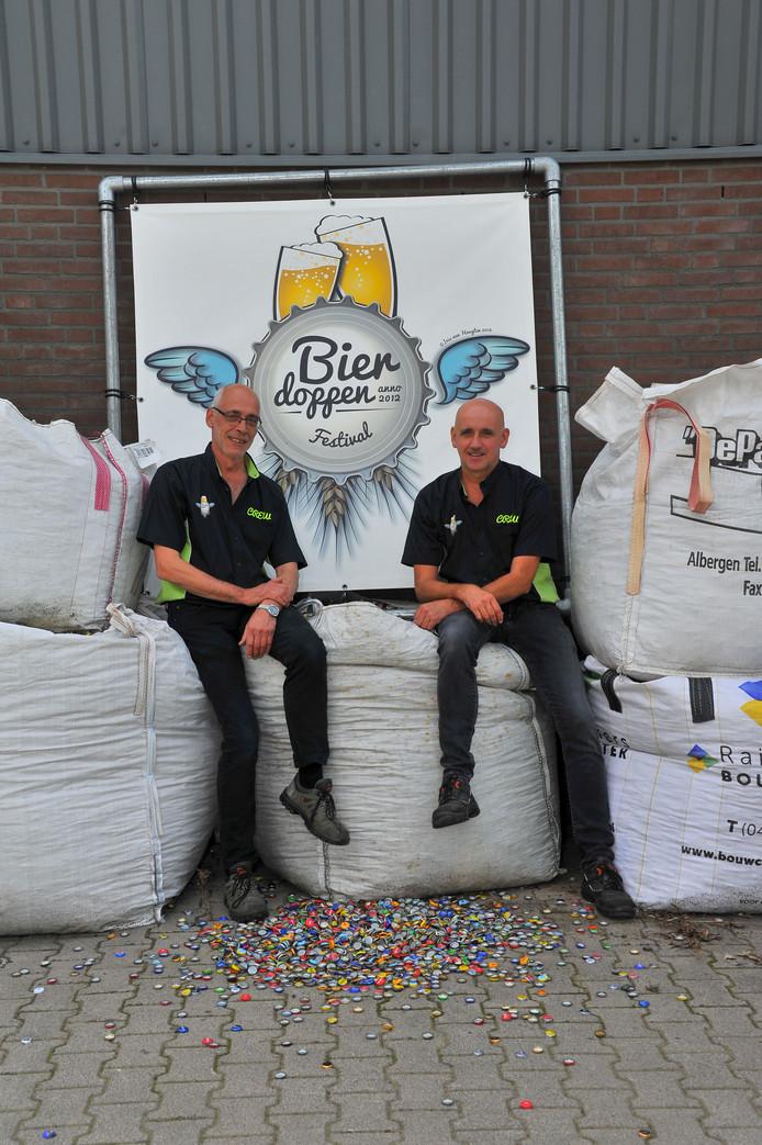 Marius (l) en Eduard Wijlaars willen drie vrachtwagens vol bierdoppen verzamelen voor het goede doel.