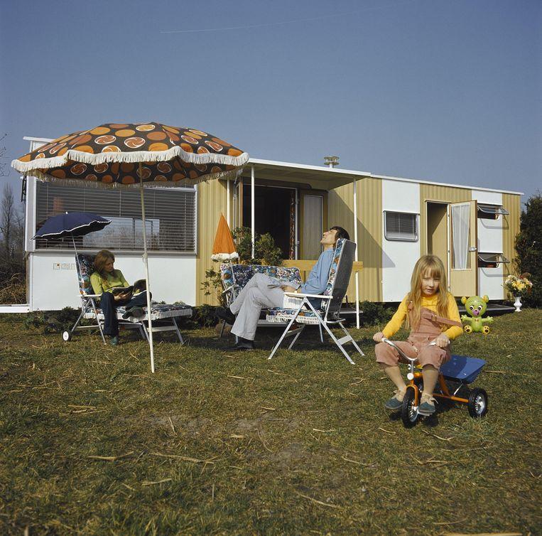Familie bij een stacaravan, 1973 Beeld Hollandse Hoogte / Maria Austria Instituut