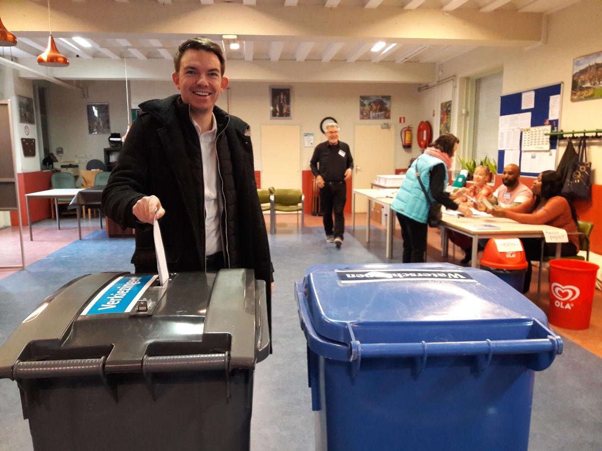 Het Tilburgse CDA-Statenlid Marcel Deryckere brengt zijn stem uit in Wijkcentrum De Boomtak