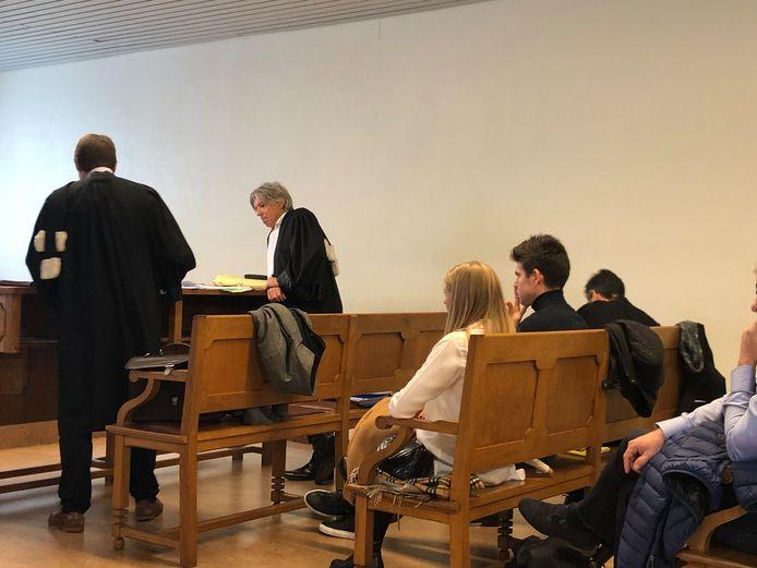 Wout Van Aert, zijn echtgenote Sarah en advocaat Walter Van Steenbrugge in de arbeidsrechtbank van Mechelen.