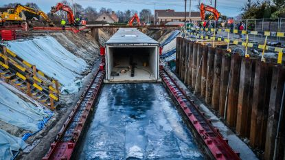 Nieuwe voetgangerstunnel van 150 ton en fietstunnel van 510 ton worden onder sporen geschoven