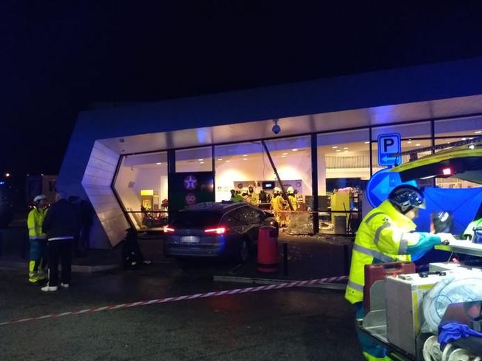 Een dronken automobilist reed gisteravond een tankshop binnen en doodde een Nederlander.
