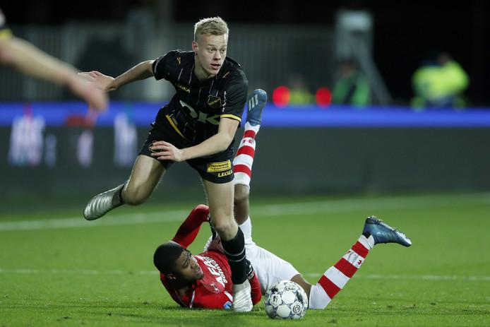 Jan Paul van Hecke (NAC, staand) in duel met Myron Boadu van AZ.