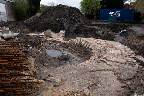 Archeologen legden de restanten van een middeleeuwse burcht bloot in de Kerkstraat.