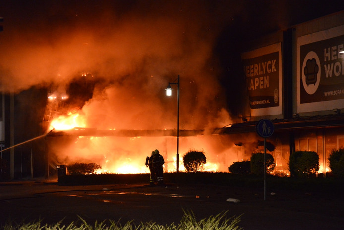 Brand bij een beddenspeciaalzaak aan de Kruisvoort in Breda.