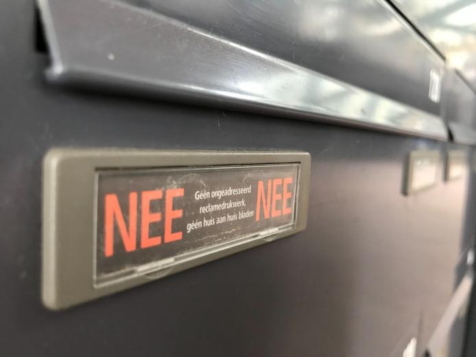 NEE-NEE-stickers plakken heeft geen zin tegen reclamepost.