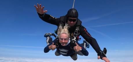 Nelly (92) maakt parachutesprong voor het goede doel: 'Ze vinden dat ik te oud ben, wat een onzin'