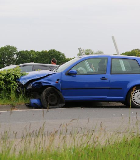 Auto ramt plaatsnaambord bij botsing in Heumen