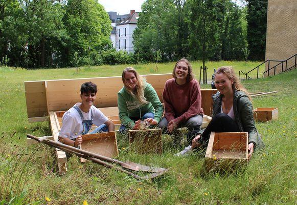 Jelle Van Steenkiste, Emma Van severen, Karen Maes en Laura Haentjens bouwen een bijenhotel in de stadstuin van campus Kantienberg.
