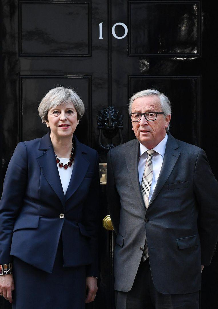 Theresa May en Jean-Claude Juncker op 10 Downing Street. Beeld epa