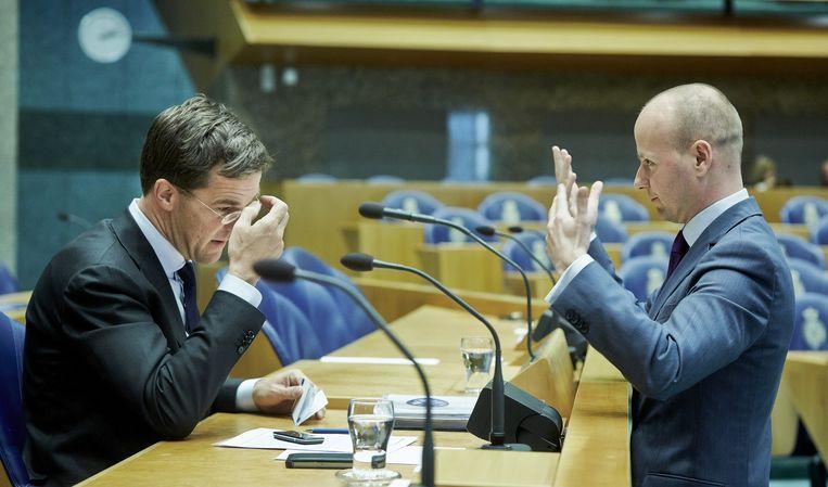 Premier RMark utte in gesprek met partijgenoot Mark Verheijen in de Tweede Kamer. Beeld ANP