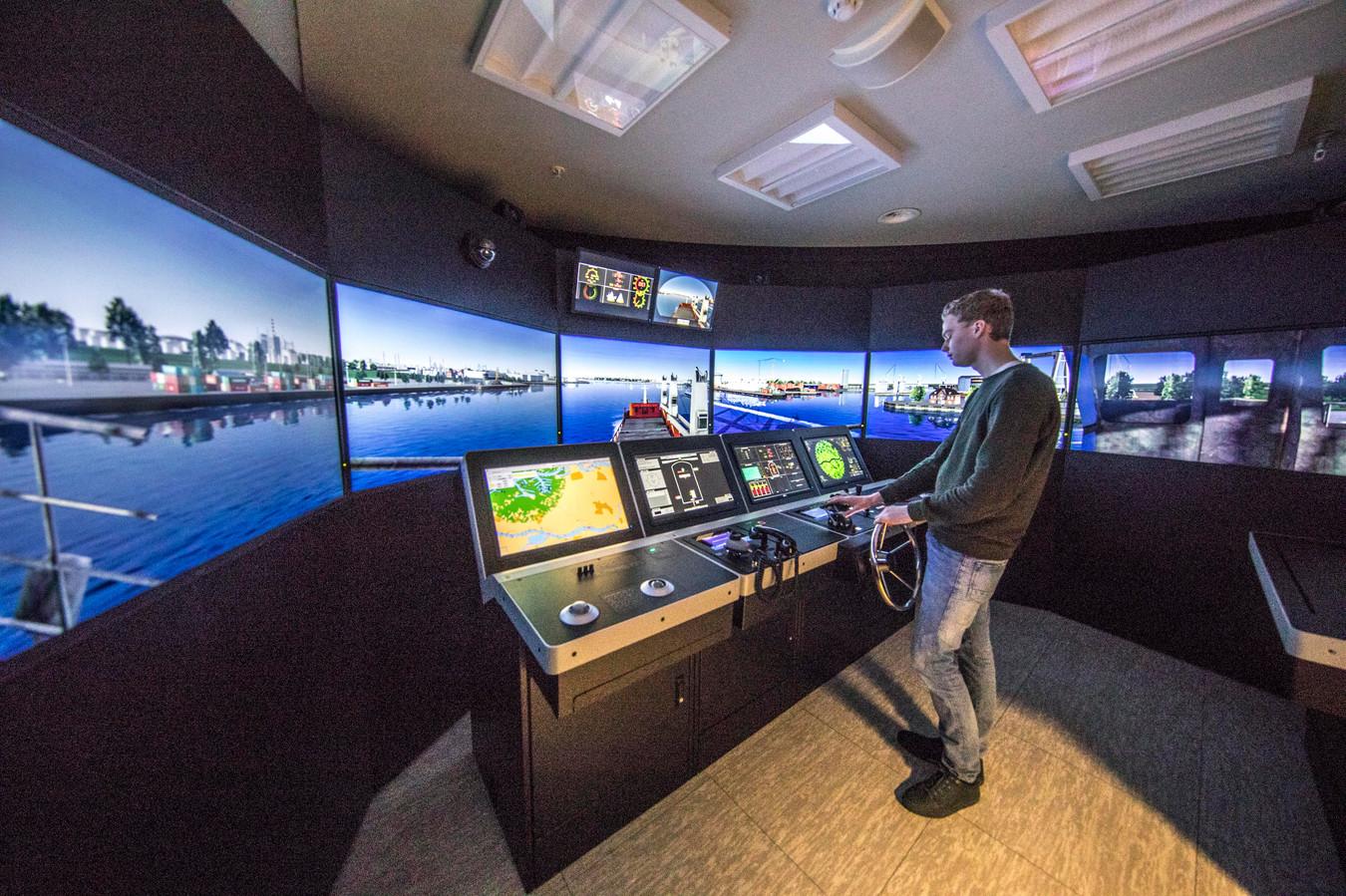 Student Klaas Siebert in de simulator, waarmee hij een vrachtschip 'bestuurt'.