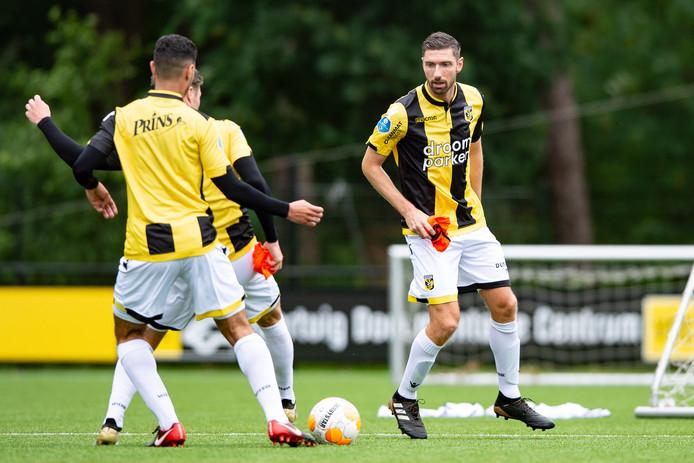 Arnold Kruiswijk (rechts) tijdens de eerste training van Vitesse van dit seizoen.