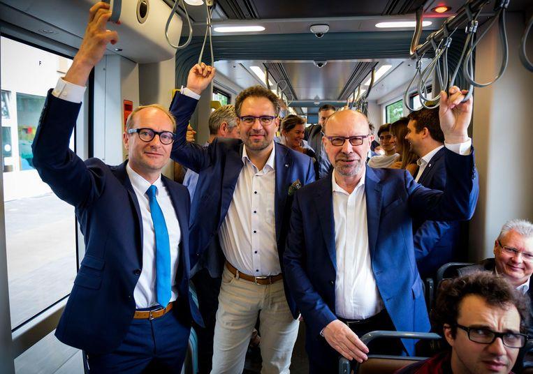 Vlaams minister van Mobiliteit Ben Weyts (N-VA) (links), Antwerps schepen voor Mobiliteit Koen Kennis (N-VA) en directeur-generaal van De Lijn Roger Kesteloot