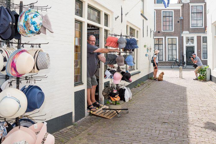 Winkeliers in smalle winkelstraatjes in Zierikzee mogen tot 1 september geen uitstallingen buiten zetten. Nico Verkerk van souvernirwinkel Joni in de Paternosterstraat is daar verbolgen over.