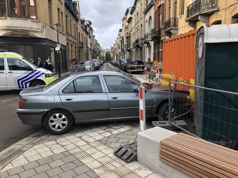 De wagen botste tegen een container waardoor de bestuurder geen kant meer op kon.