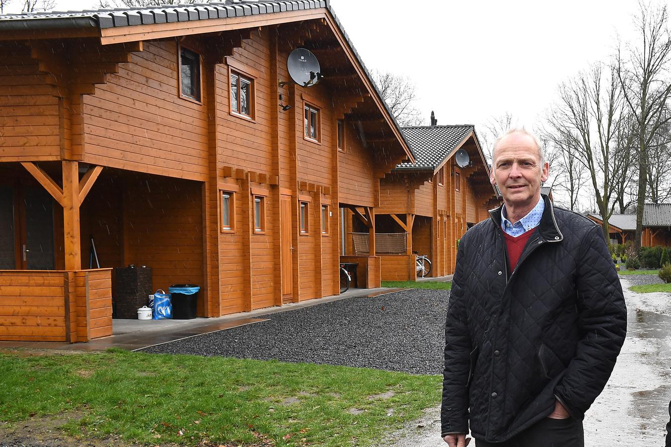 Erik van Heumen bij de chalets in Oirlo.