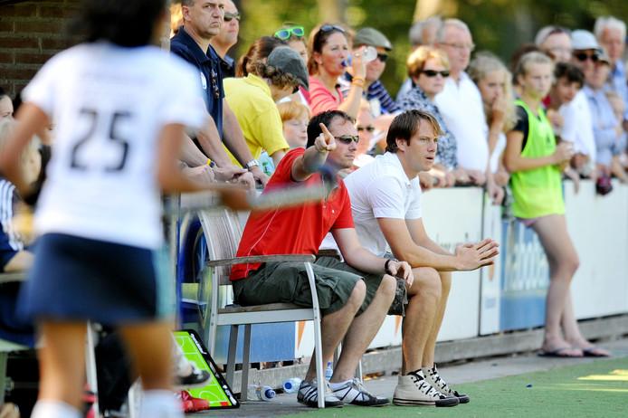 Sven van der Most in het rode shirt in actie bij HC Tilburg.