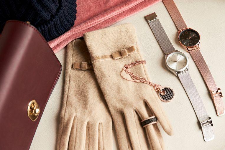 Ring met strass , 17,99€ - Halsketting met hanger en stras, 24,99€ - Schoudertasje met flap, 21,99€ - Metalen uurwerk, 29,99€