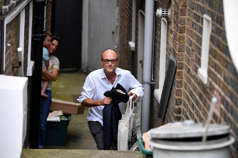 Dominic Cummings' keiharde politieke acties passen niet echt bij zijn looks als voetbalvader: bodywarmer, gympen en een wit overhemd dat half uit zijn spijkerbroek hangt. Hier verlaat hij zijn huis in Londen.