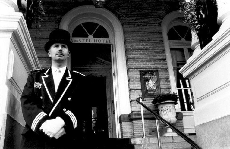 Portiers bij het Amstel Hotel voelen zich door rijke mensen juist zelden als voetveeg behandeld. © Hollandse Hoogte Beeld