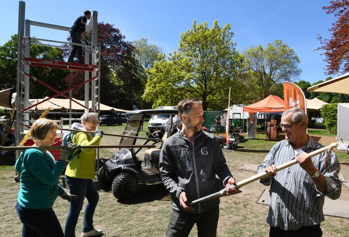 Frits Hoogers (tweede van rechts) steekt op het terrein van Gardenista ook de handen uit de mouwen.