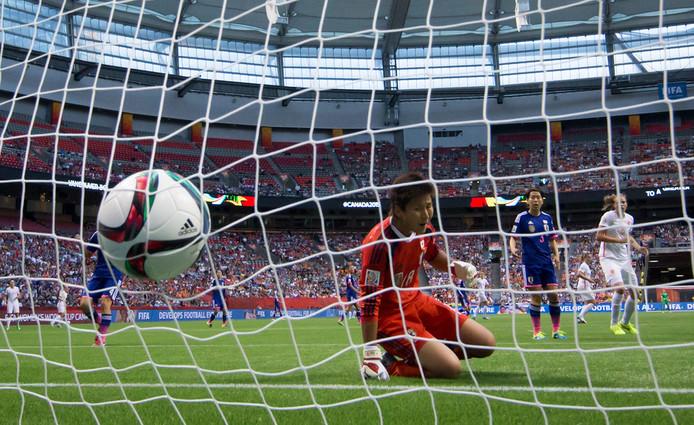 Japan-keeper Ayumi Kaihori is kansloos bij het doelpunt van Kirsten van de Ven tegen Japan in 2015.
