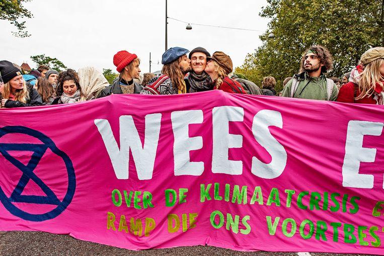 Actievoerders van Extinction Rebellion blokkeren de weg voor het Rijksmuseum.  Beeld Guus Dubbelman / de Volkskrant