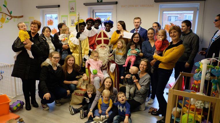 Een koekjesverkoop bracht 800 euro op. De kinderen schonken het geld, in aanwezigheid van Sinterklaas, aan directeur Steven Verplancke van basisschool De Toekomst.