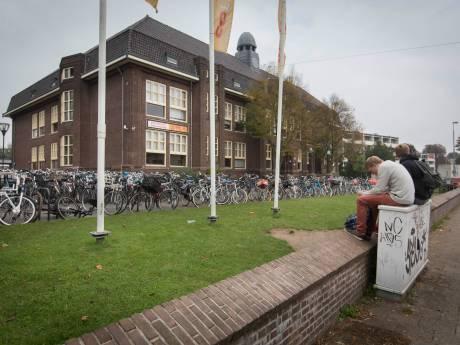 Dolverliefde docent Montessori College in Arnhem ontslagen om relatie met leerling (17)