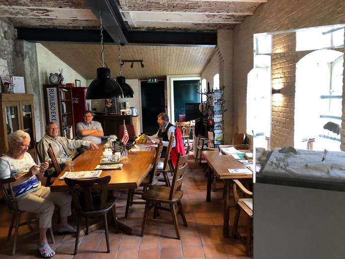 In de Eerdse molen wordt koffiegedronken. Rechts de maquette, die het verhaal vertelt van Carman Ladner.  Vooraan aan tafel Diny van Geffen en Eddie Habraken.