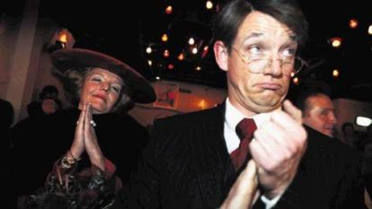 Sanne Wallis de Vries (l) en Paul Groot als koningin Beatrix en minister Donner. (ANP) Beeld