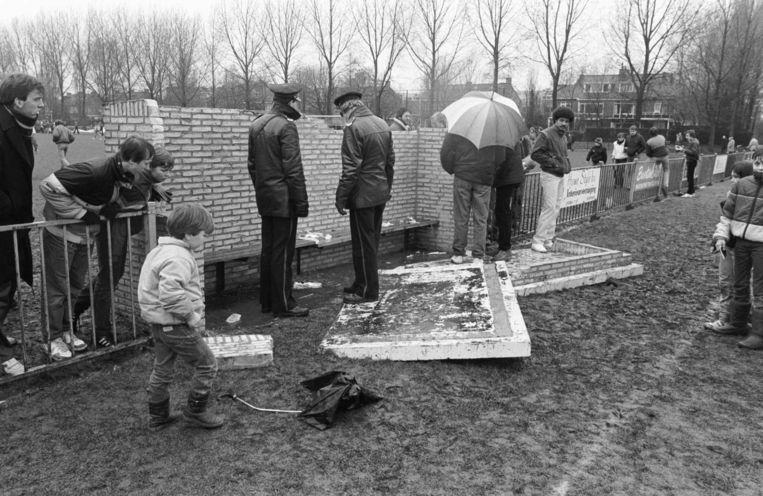 De politie inspecteert de dug-out op het terrein van de Haagse amateurs van HMSH na de instorting in januari 1984, waarbij assistent-trainer Hassie van Wijk van Ajax zwaargewond raakte.  Beeld ANP