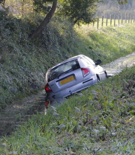 Auto in sloot op A1 bij Enter