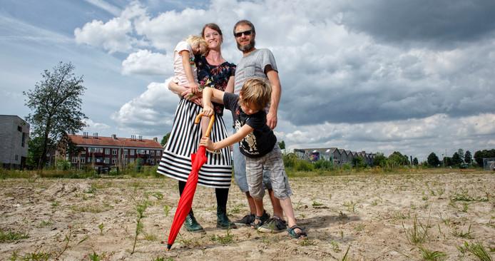 Judith en Michiel samen met hun kinderen op de bouwkavel in Boschveld.