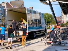 Nog eens 300 verweesde  fietsen opgehaald bij station Tilburg: 'Het was zwaar, zeker met deze temperaturen'