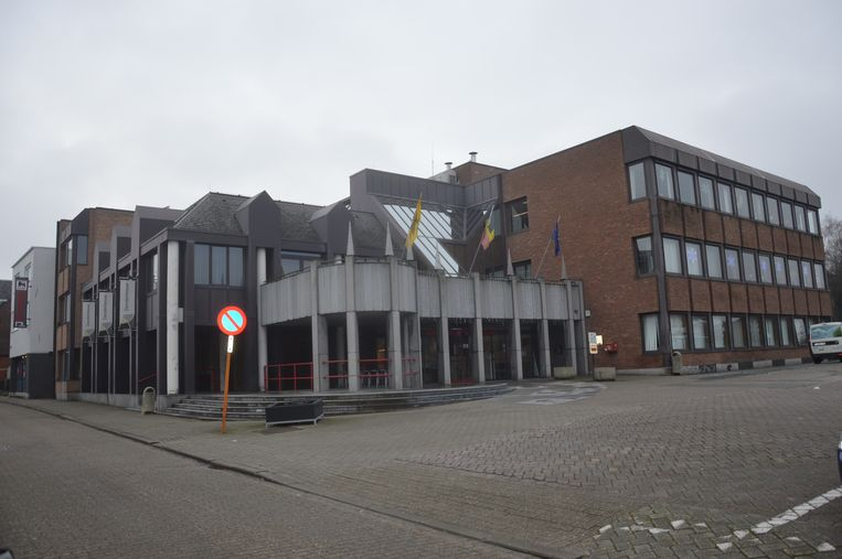 Het gemeentehuis van Denderleeuw. Wie zal hier na 14 oktober zetelen?