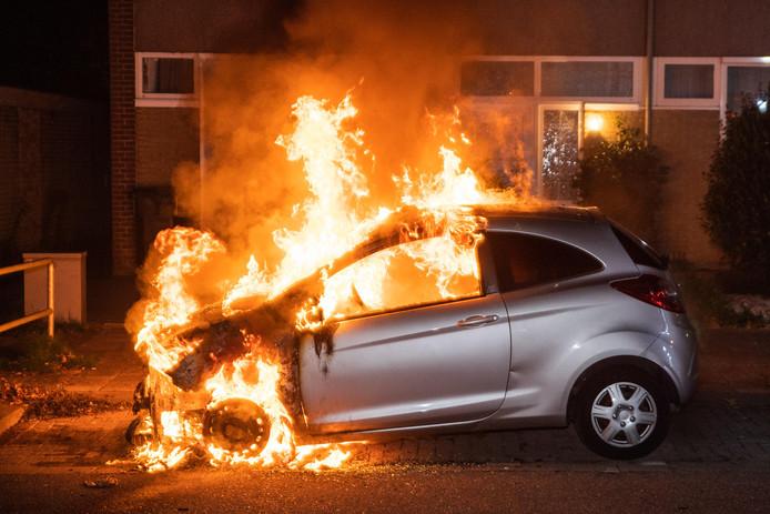 In de Tilburgse Fallastraat brandde in de nacht van zaterdag op zondag een auto af.