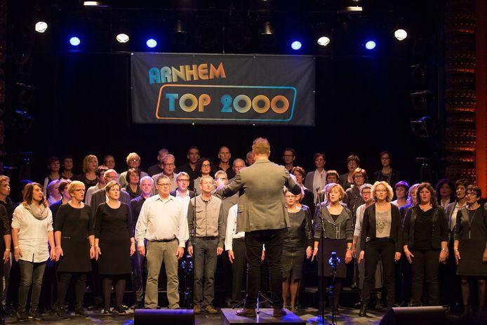 Het Popkoor TOP2000 in actie in Arnhem.