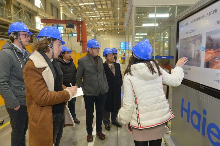 De Corporate Rebels krijgen een rondleiding in de fabriek van Haier in China, december 2017. Beeld