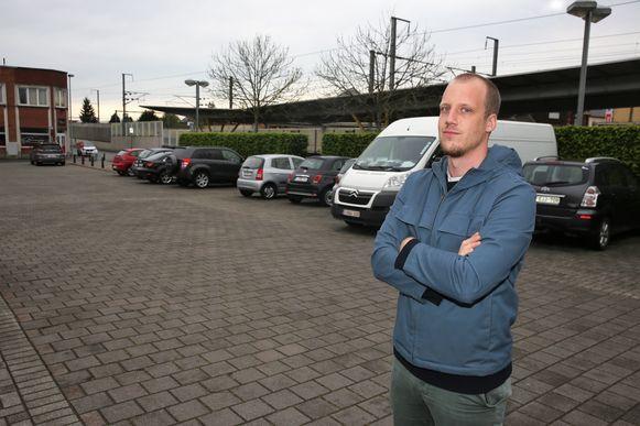 Mathias Pierquin op de parking van het station van Lembeek, waar elk jaar Lembeek Beach plaatsvindt.
