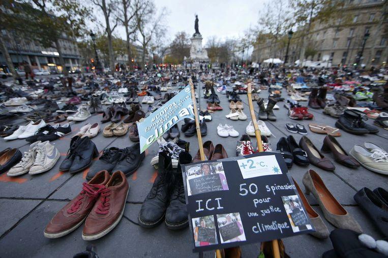 Demonstranten hebben honderden schoenen geplaatst op het Place de la Republique in Parijs om aandacht te vragen voor het klimaat. Een geplande protestmars werd verboden na de aanslagen in de Franse hoofdstad. Beeld reuters