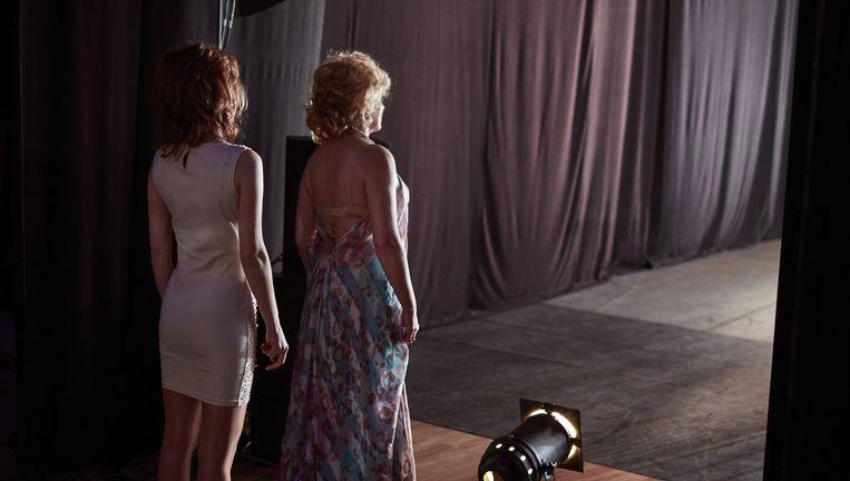 De actrices Dieuwertje Dir (links) en Antoinette Jelgersma kijken vanuit de coulissen op het toneel. Beeld Erik Smits